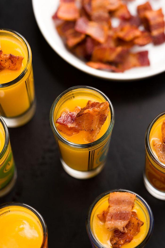 mini verrine apero facile et rapide idée de soupe de courge avec des tranches de bacon