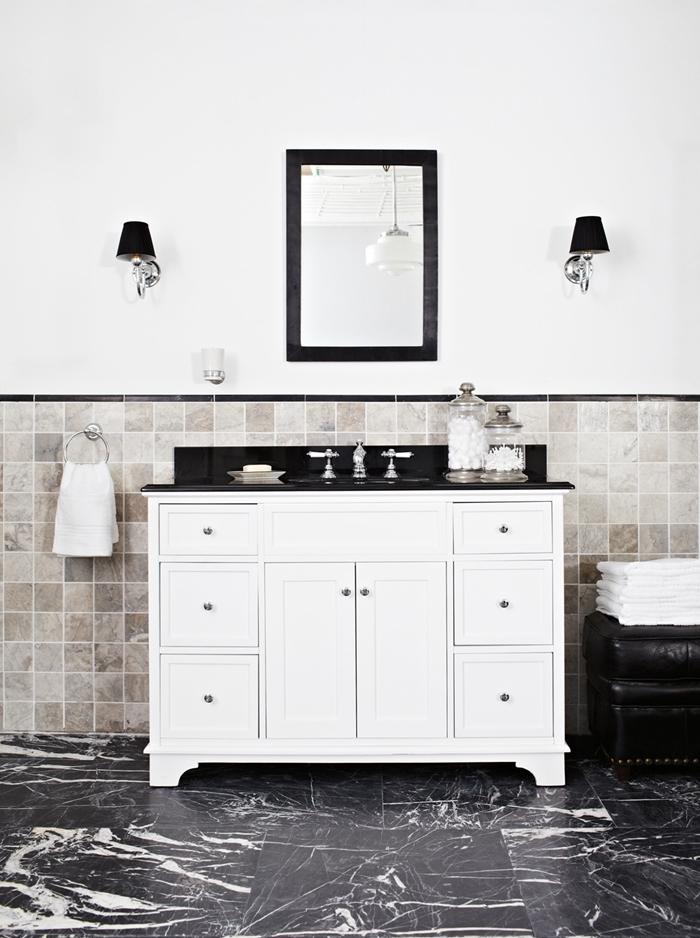 miroir cadre noir meuble lavabo blanches armoires comtpoir noir salle de bain art déco revêtement sol marbre noir
