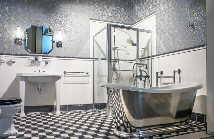 miroir carrelage art deco motits géométriques blanc et noir baignoire chrome robinet inox cabine douche papier peint