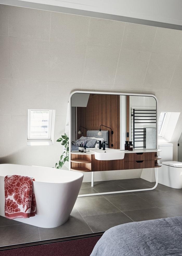 miroir design moderne carrelage gris baignoire autoportante chambre parentale avec salle de bain cuvette wc