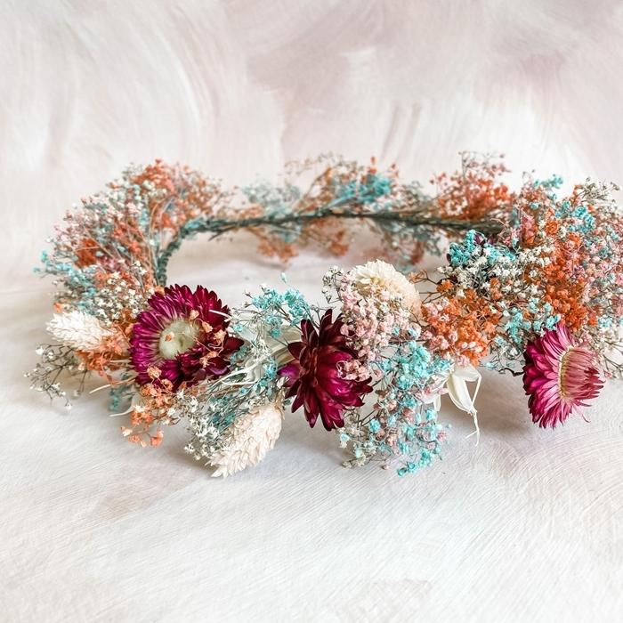 modèle de couronne de fleurs séchées fait maison avec fleurs automne création fleurie branches fil de fer