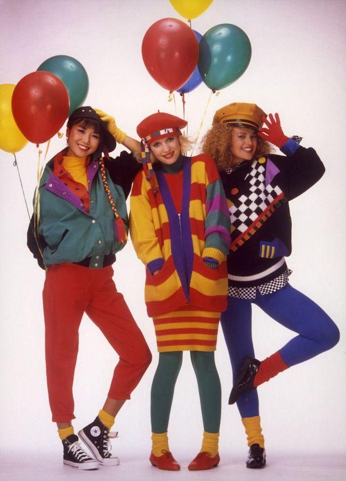 mode année 80 trois femmes en tenues multicolores avec des ballons halloween inspo