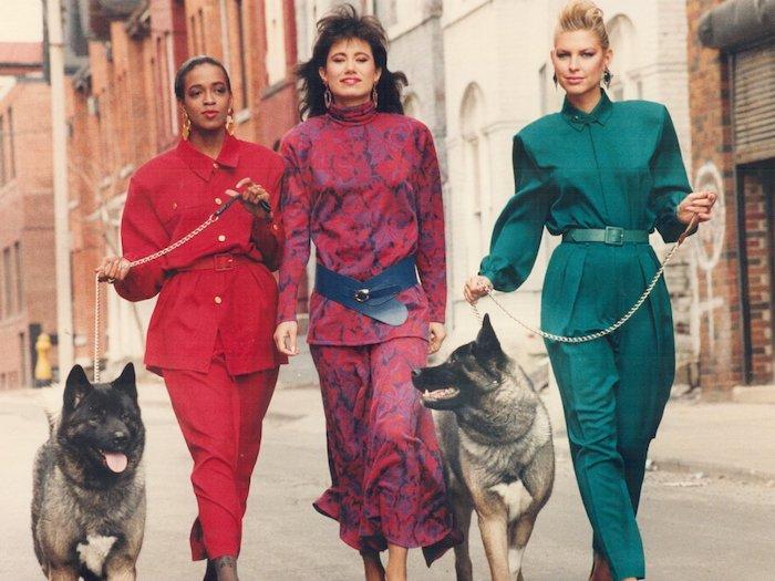 mode année 80 trois modeles en tailleurs et combinaisons avec deux chiens halloween inspo