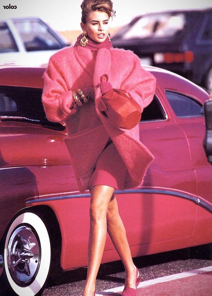 mode année 80 une femme en manteau rose sortant d une voiture rouge esthetique des 80s