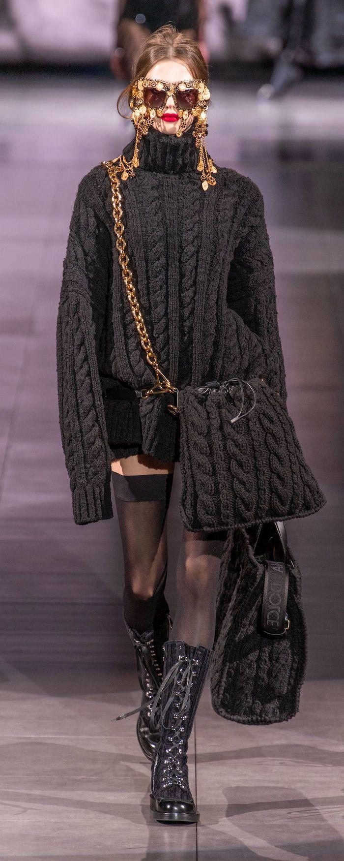 mode hiver 2021 femme en pull tricote avec des bottes a talons un sac tricote et lunettes a soleil
