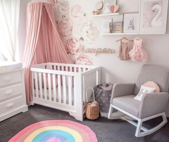 modele de chambre bebe fille avec lit blanc ciel de lit rose tapis coloré sticker mural fleuri jouets enfant cocooning