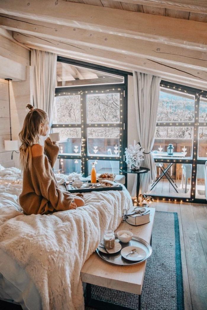 modele de chambre rustique avec plafond de poutres de bois lit décoré de plaid cocooning bout de lit bois deco guirlande lumineuse