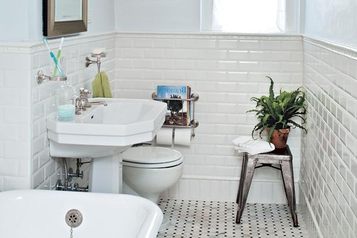 motif art deco salle de bain traditionnelle carrelage blanc metro évier sur pieds tabouret métal cuvette wc baignoire