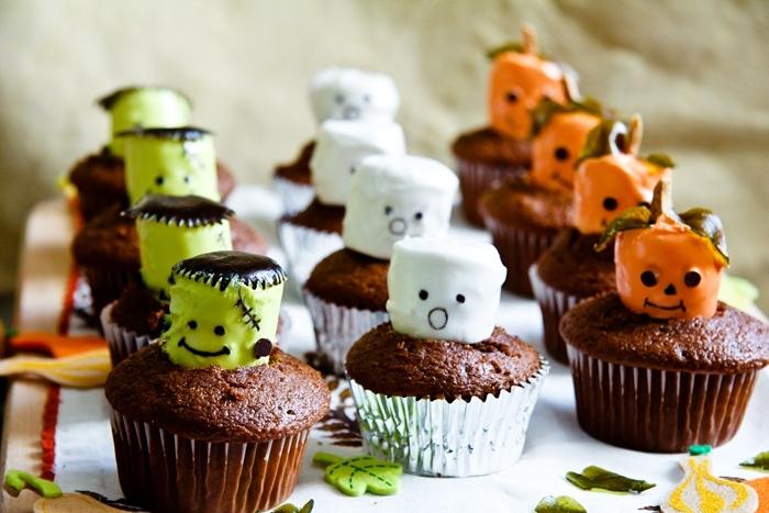muffin au chocolat avec glaçage meringue monstre halloween colorant alimentaire chocolat fondu marqueur comestible