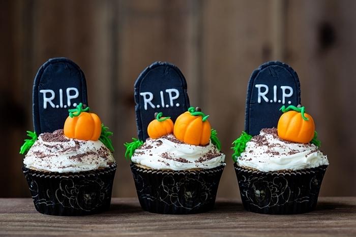 muffin facile au chocolat avec glaçage blanche poudre cacao mini citrouille sucre patisserie halloween maison décoration