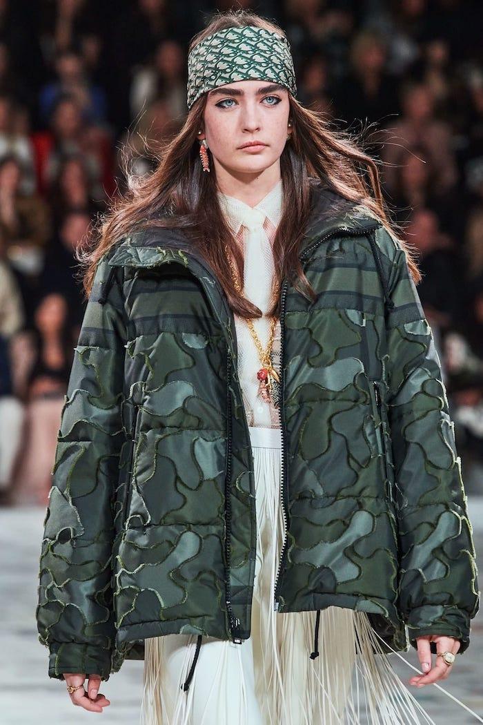 outfit hiver giorgio armani style sportif en veste capitonne camouflage et bandana sur la tete