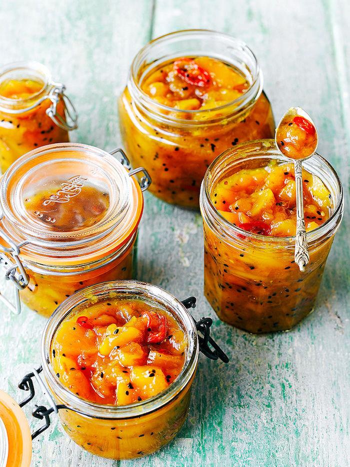pâte à taritner maison exotique de mangue rectte de chutney dans des pots a conserver
