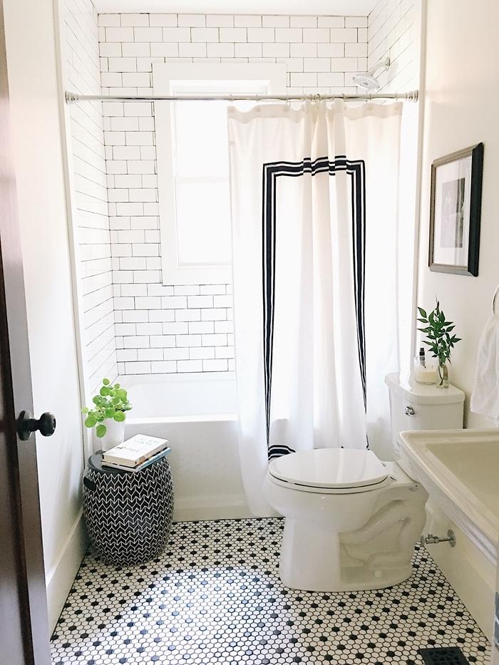 panier blanc et noir vase plantes vertes intérieur salle de bain retro rideaux blanc et noir carrelage métro blanc