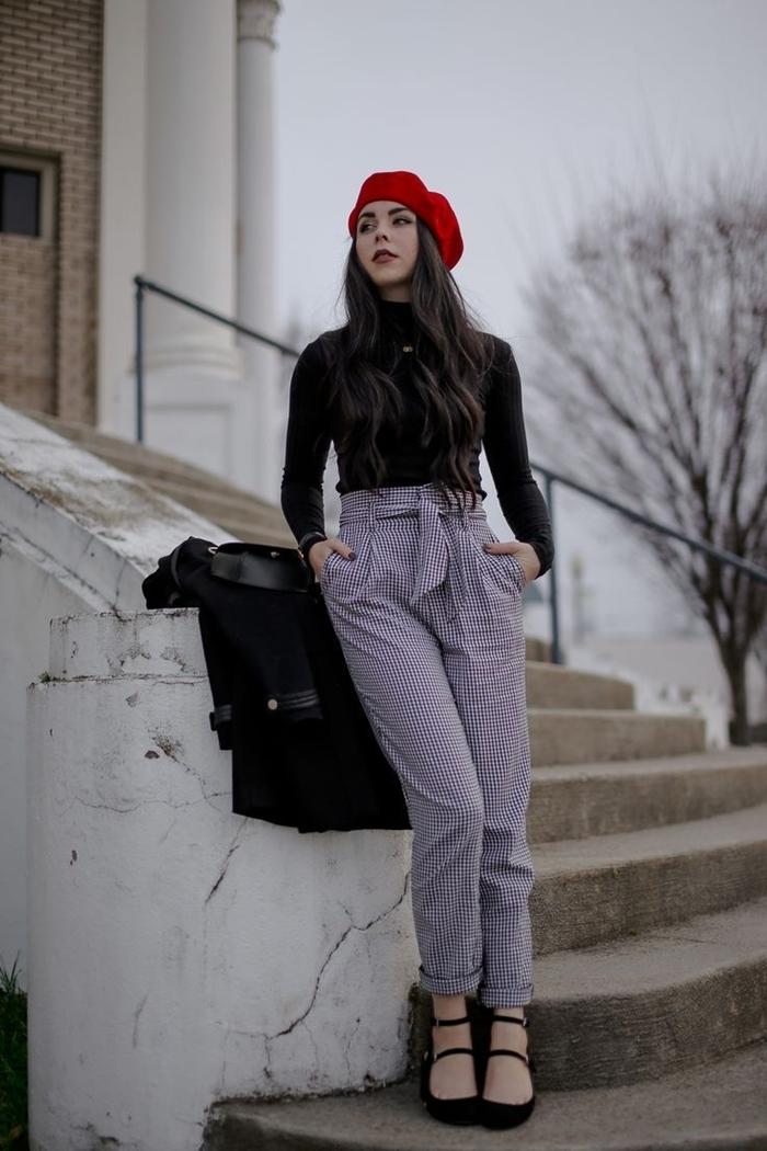pantalon taille haute motifs carreaux chaussures noires comment porter un beret rouge style vestimentaire femme