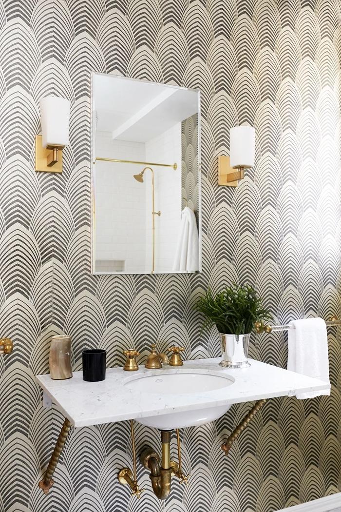papier peint imperméable blanc et noir déco art déco salle de bain blanche avec accents laiton applique murale évier vase