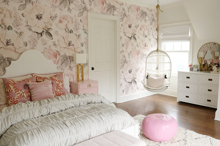 papier peint motifs grosse fleur table de chevet rose pâle lampe de chevet design blanc et or tapisserie chambre ado