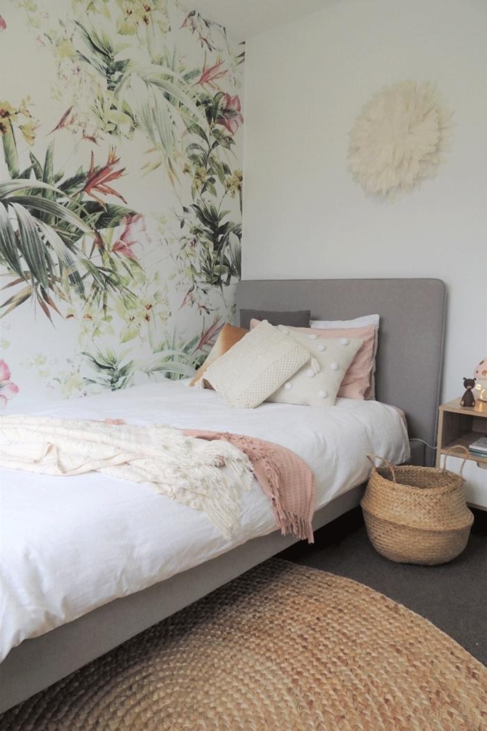 papier peint motifs tropicales suspension macramé murale tête de lit grise panier tressé chambre ado fille petit espace