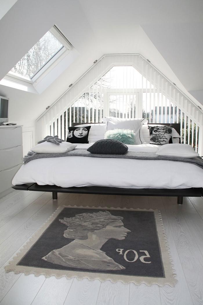 parental chambre cocooning style scandinave parquet bois blanc commode blanche cadre de lit noir couverture grise