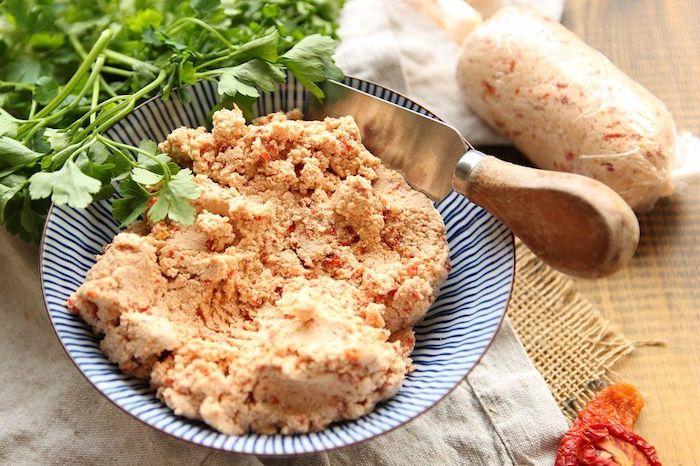 pate a tartiner vegane a la base de tofu et des tomates seches au soleil