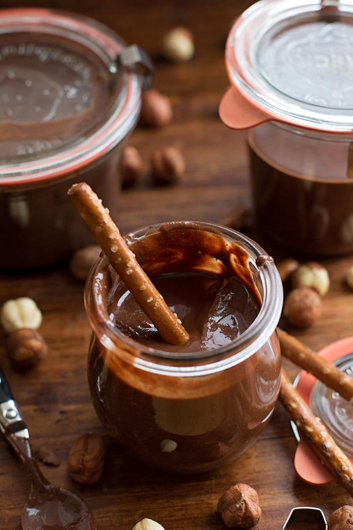 pate de noisette fait maison avec de cacao et lait ferme dans des pots et servi avec des pretzels