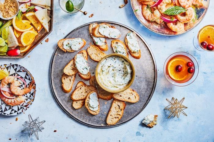 pates a tartiner differents avec des crevettes et une assiette de fruits une table festive pour le nouvel an