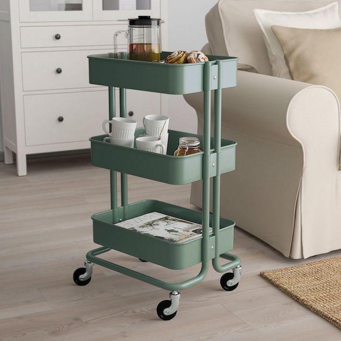 peindre meuble ikea raskog trolley etafere mobile dans la salle de sejour avec un canape beige