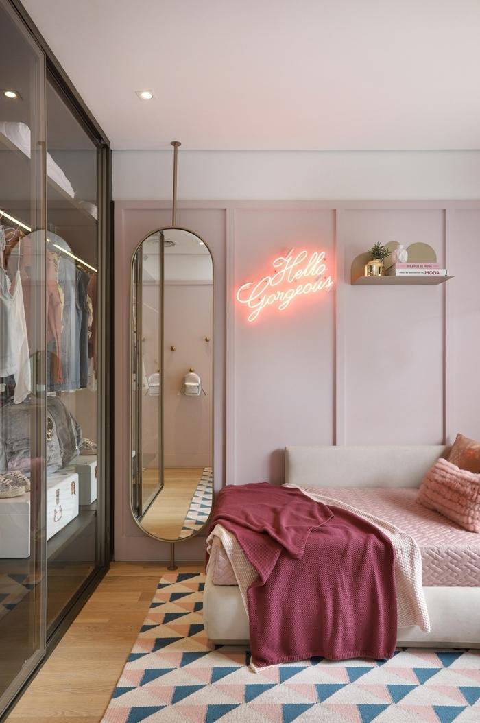 peinture chambre ado fille décoration style luxe parquet bois clair miroir garde robe transparent étagère murale