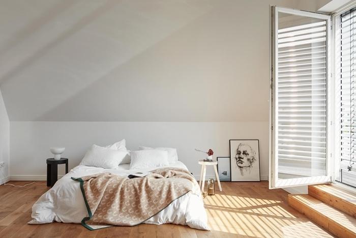 peinture chambre mansardée beige et blanc revêtement de sol parquet bois clair déco minimaliste design épuré meubles bois