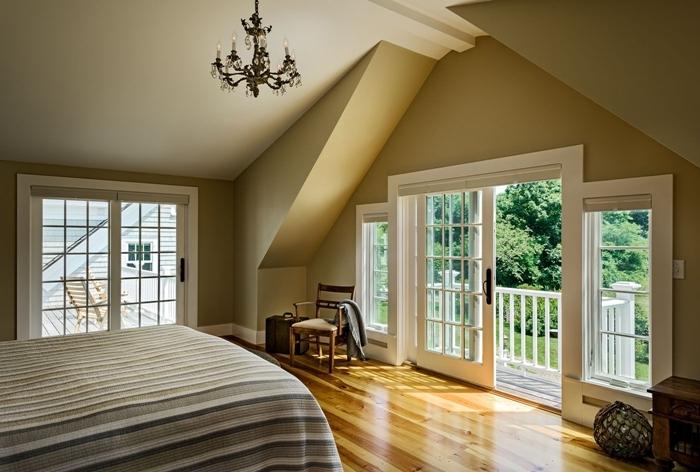 peinture chambre mansardée taupe lustre cristaux parquet sol meubles bois balcon terrasse bois porte coullisante