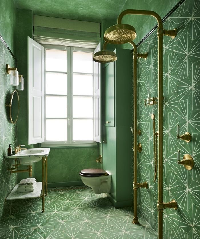 peinture effet sablé vert foncé carrelage art deco douche laiton cuvette wc suspendue applique murale verre et laiton