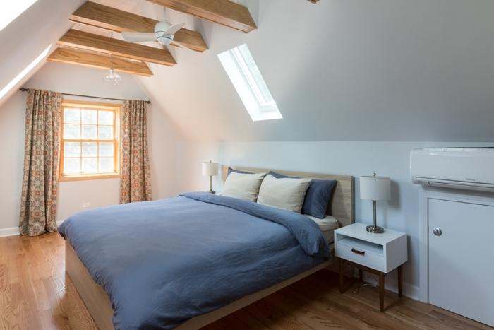 petite chambre parentale deco sous plafond poutres bois clair apparentes ventilateur de plafond parquet bois clair