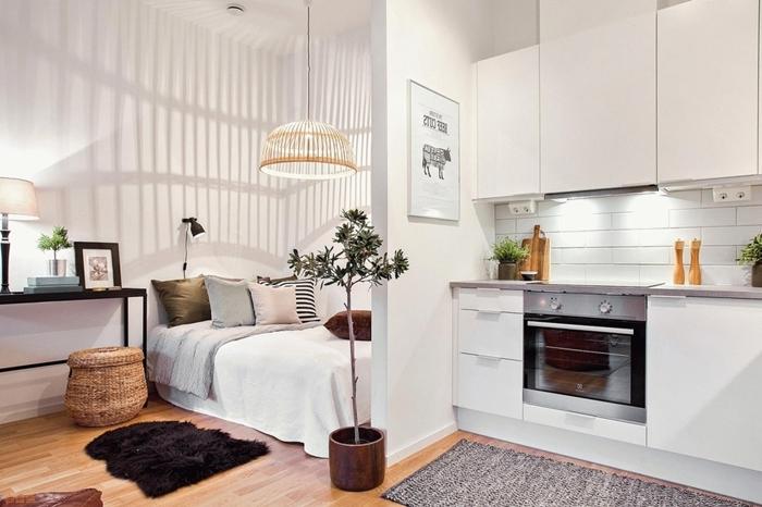 petite cuisine aménagée style minimaliste crédence carrelage blanc plan de travail gris clair meubles haut cuisine sans poignées