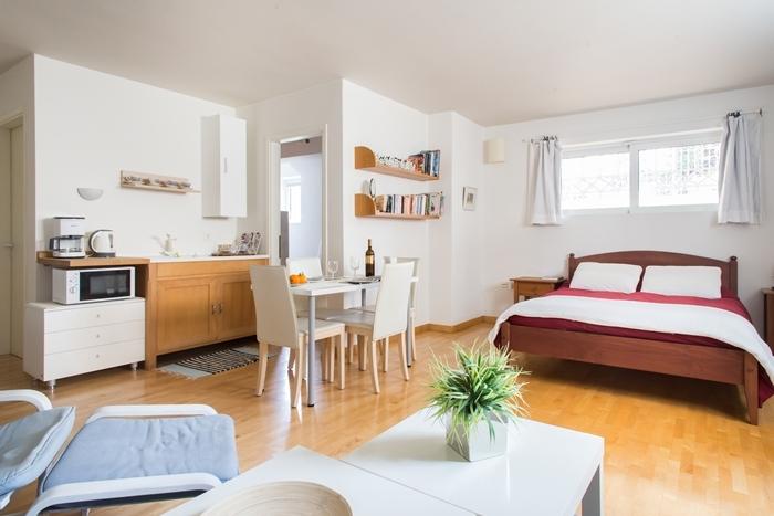 petite cuisine studio étudiant décoration cuisine blanc et bois tapis franges rideaux fenêtres étagère suspendue bois