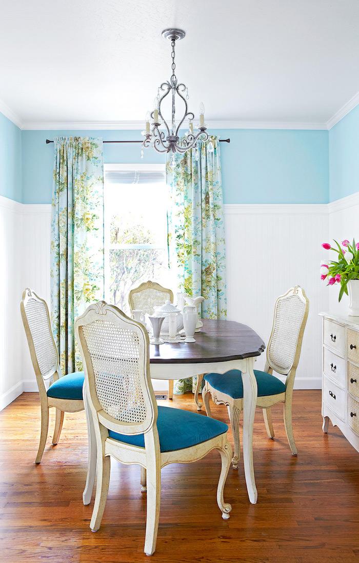 petite salle a manger equipe d un buffet table et chaises en bois avec des voiles aux fenetres
