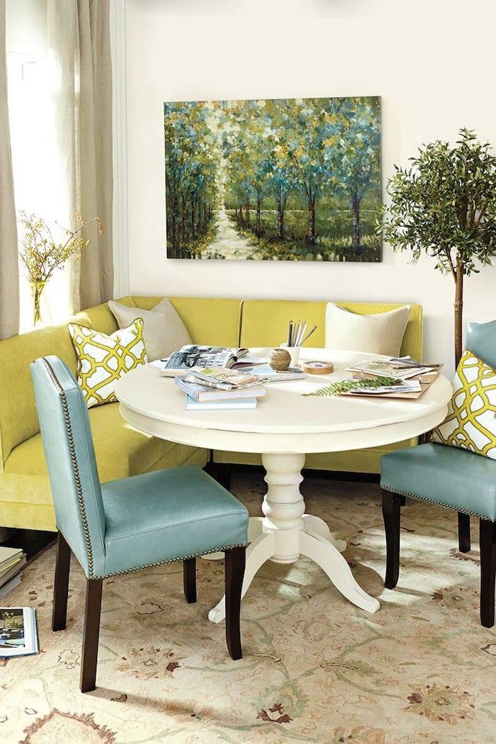 petite table de cuisine entouree de deux chaises turquoises et un canape citron idee d amenagement