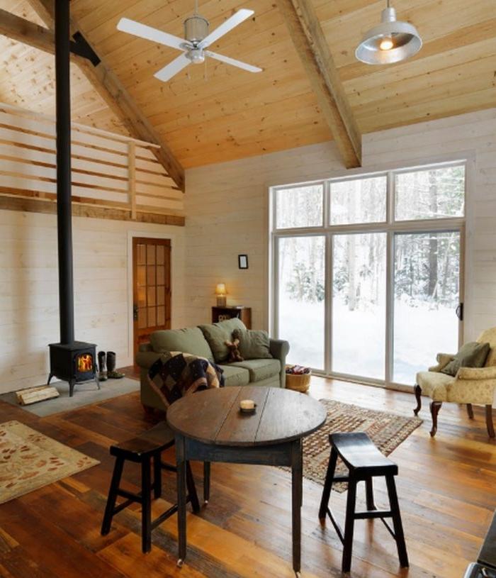 plafond décoré de poutres bois clair sol en parquet bois brut coin repas table et tabourets de bois maison rustique cocooning