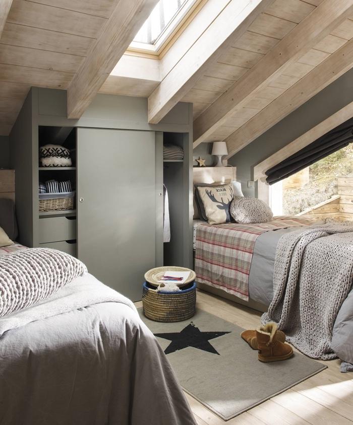 plafond poutres bois apparentes fenêtre de plafond lit couverture jeté crochet gris idée déco chambre ado fille