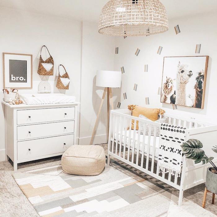 plafonnier exotique lit bébé blanc tapis gris blanc et beige commode blanche murs blancs lit bébé blanc à barreaux deco murale alpagas photo originale deco cocooning