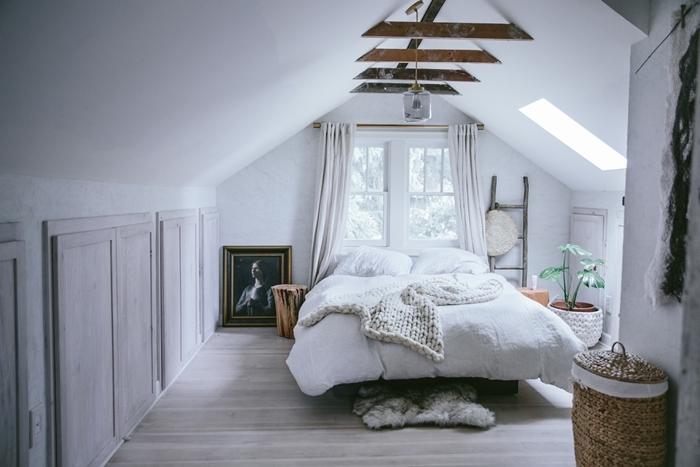 plaid crochet beige poutres bois plafond fenêtre deco chambre parentale cosy échelle bois décorative panier paille