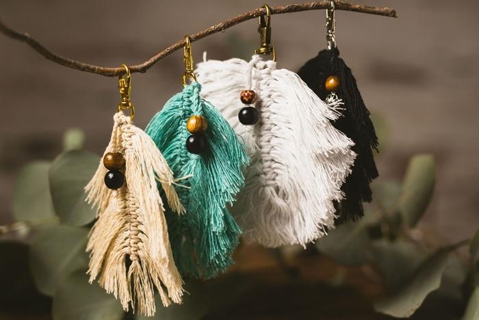 plume macramé à faire soi même facile branche bois accessoire diy porte clé feuille macramé fil blanc perles bois