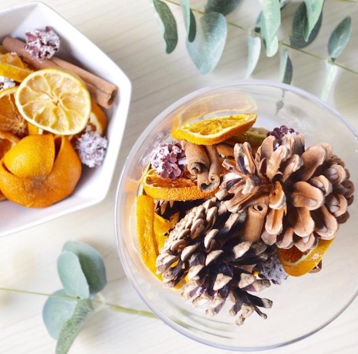pot pourri maison d automne avec des tranches d orange séchées pommes de pin batons de cannelle et autres ingredients simples