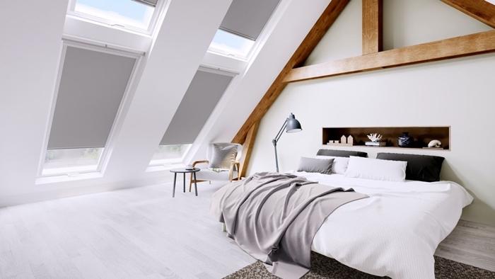 poutres bois apparentes amenagement chambre sous pente rangement mural niche bois lampe sur pied gris