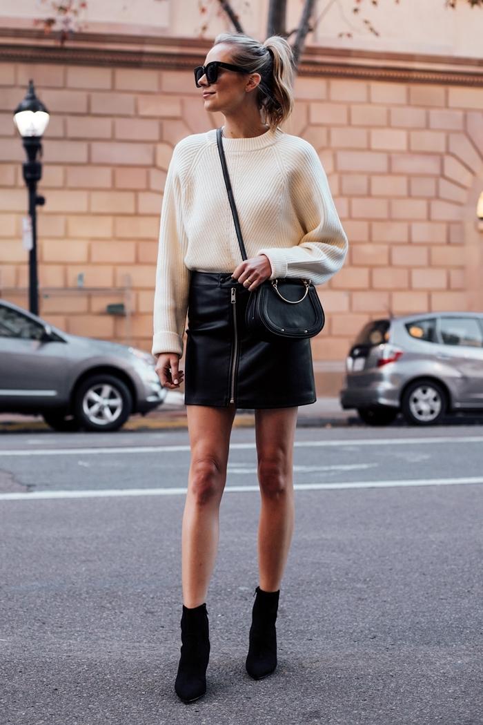pull oversize blanc jupe courte avec fermeture éclaire taille haute idée tenue femme bottines velours talons sac bandoulière