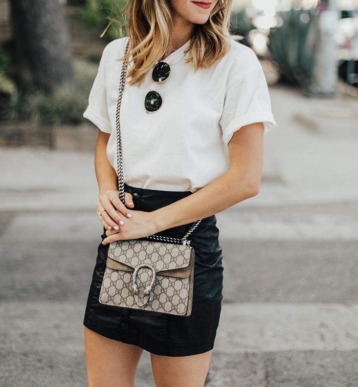 quе mettre avec une jupe en cuir courte taille haute t shirt blanc lunettes de soleil vêtements basiques garde robe femme
