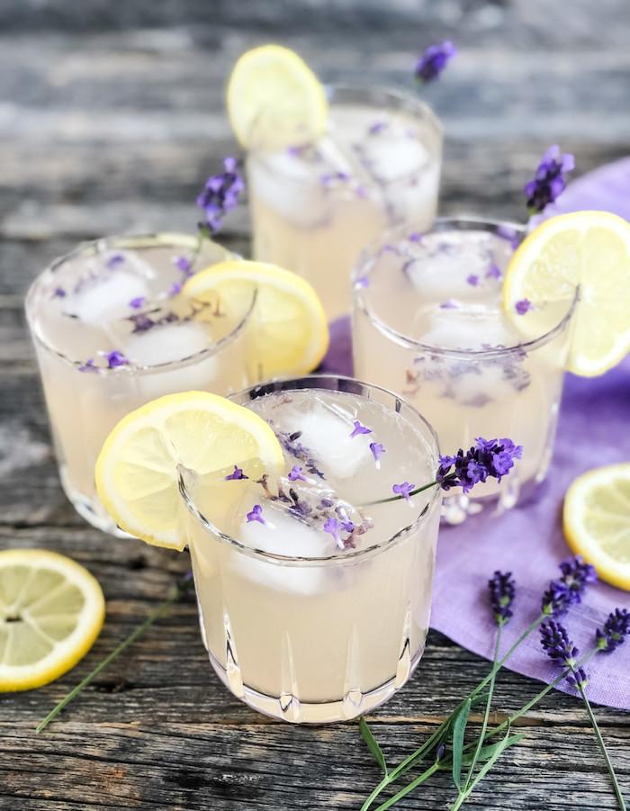 que faire avec des fleurs de lavande lemonade aux glacons sur une table rustique avec quatres verres