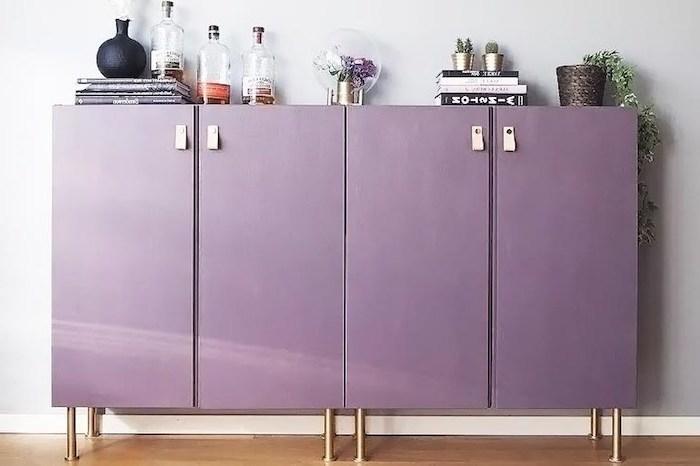 quelle peinture pour repeindre un meuble en bois couleur violet d une commode avec des bouteilles de decoration