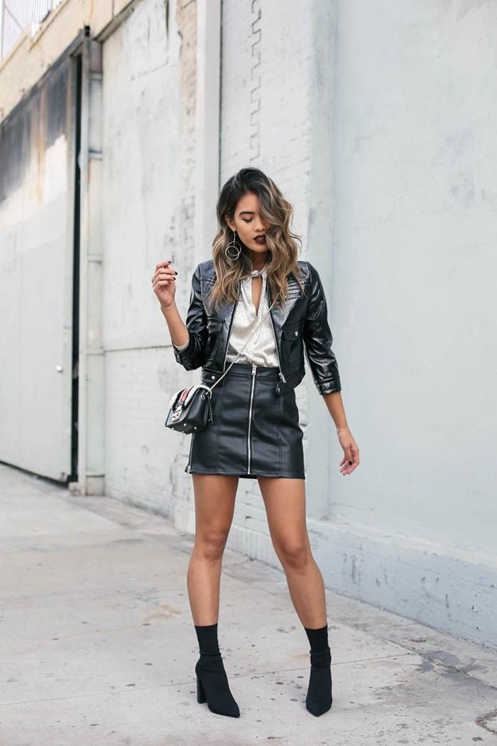 quelle veste porter avec une jupe en cuir tenue glam rock chic femme blouse blanche décolleté en v veste cuir noir