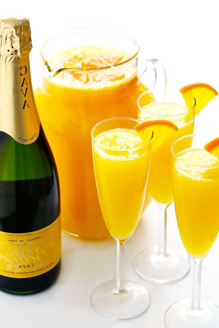 quelles boissons pour un brunch une cruche de jus d orange et une bouteille de champagne servi dans des verres