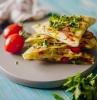 quesadilla fromage et poulet aux poivrons dans une poêle exemple repas du soir et de midi simple à base de poulet légumes et fromages