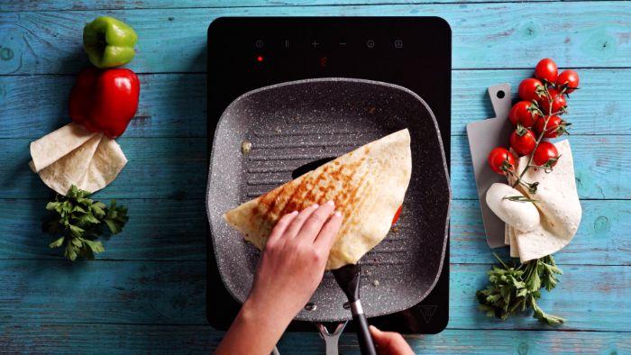 rabatte la quesadilla et sortir de la poêle idée quesadillas recette maison facile et rapide à la poêle grill